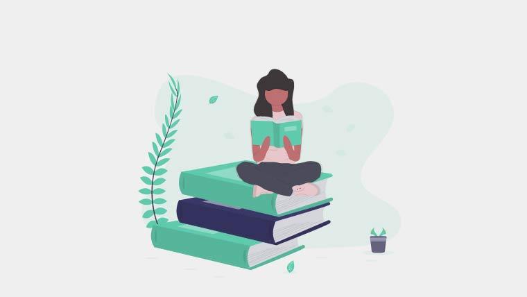 大きな本の上に座って小さな本を読む女性